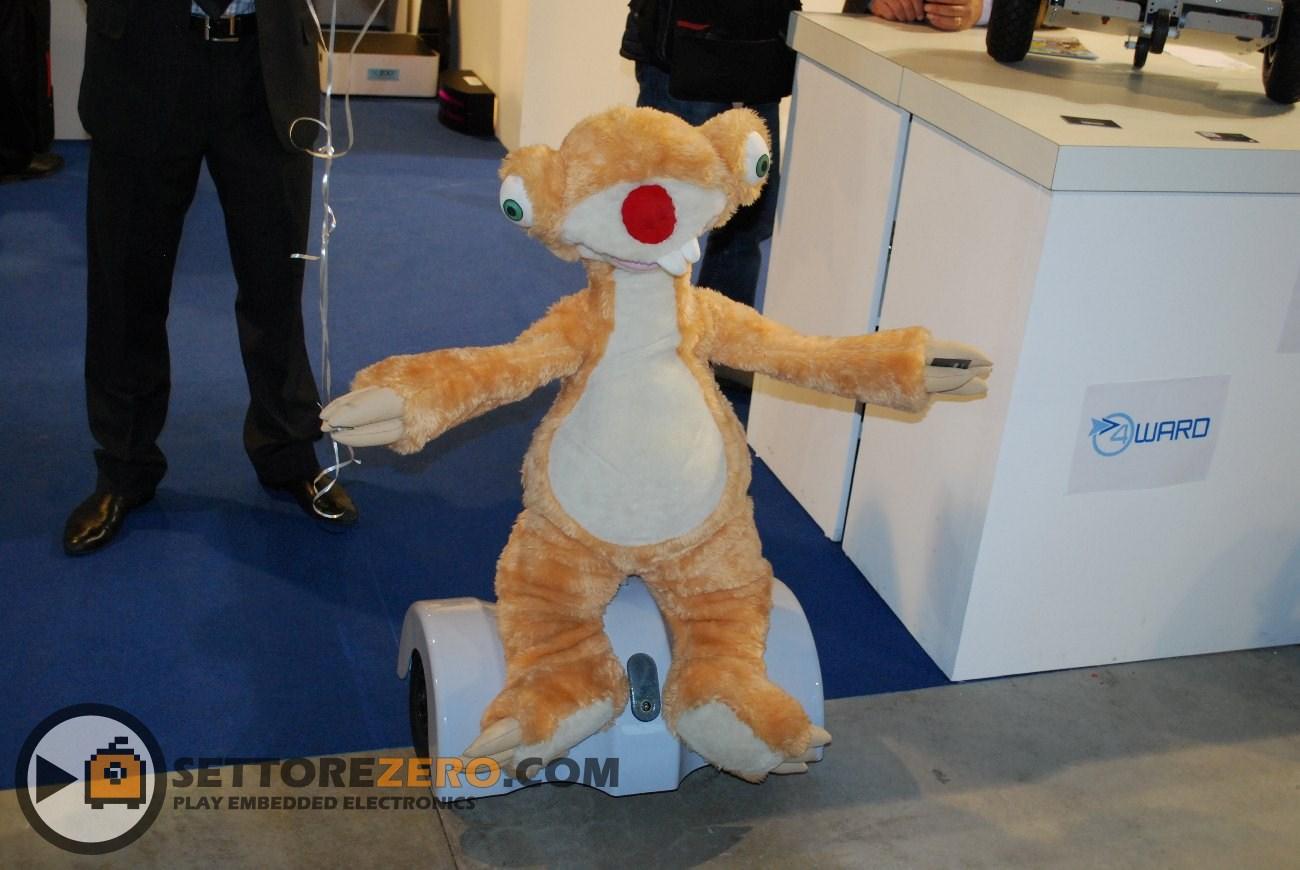 Robot della Nuzoo vestito da SID