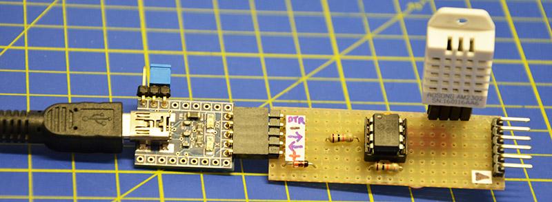Realizzazione su millefori: a sinistra il convertitore USB-seriale/TTL e a destra il connettore ICSP. Occhio che di default i pin TX/RX combaciano con i pin ICSPDAT/ICSPCLK del pic, per cui quando tenete collegato il convertitore, staccate il pickit e viceversa