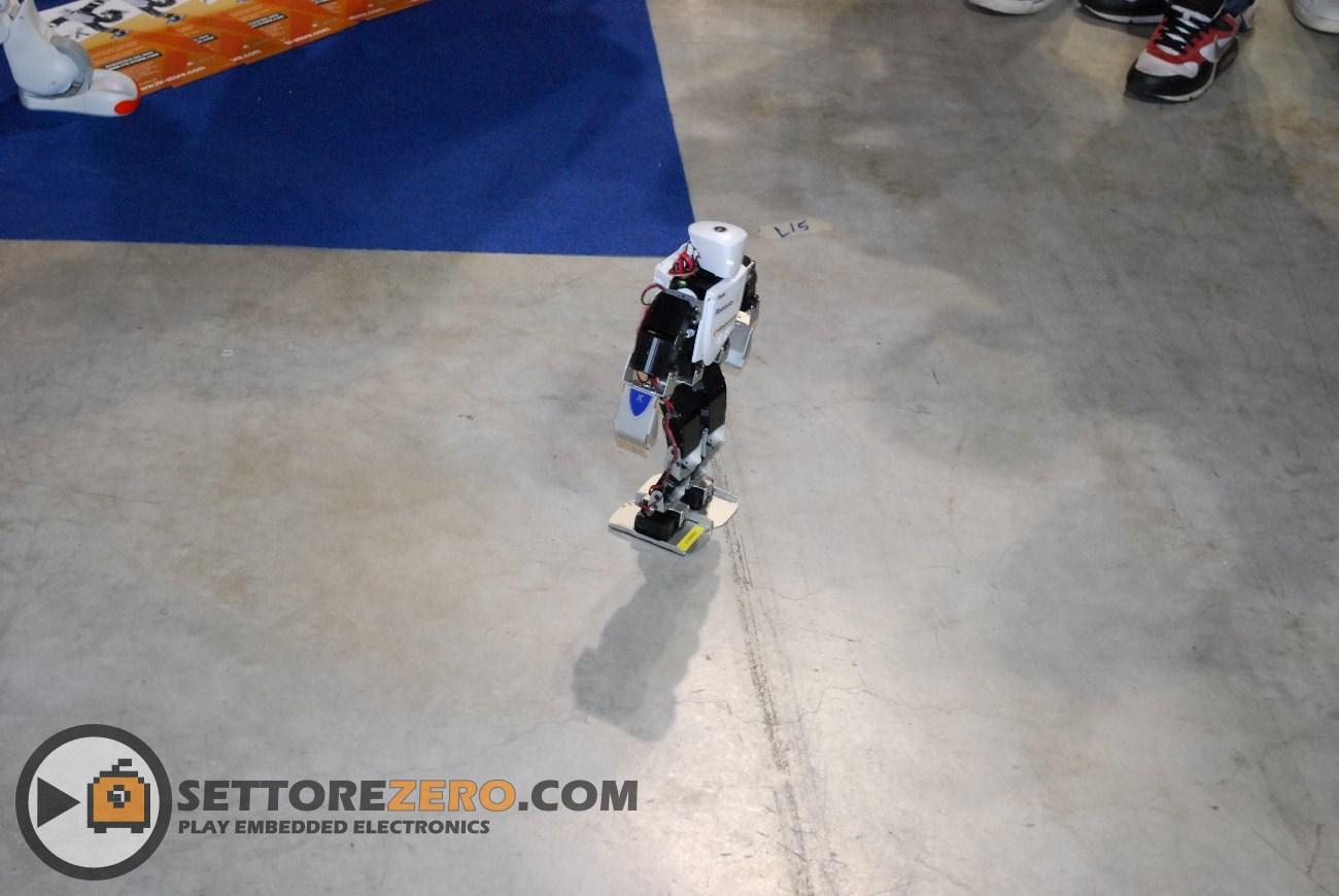 Robot ballerino allo stand IT+Robotics
